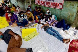 भूख हड़ताल कर रहे डॉक्टर्स (फोटो: पीटीआई)