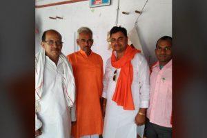 भाजपा विधायक सुरेंद्र सिंह (बाएं से दूसरे) के साथ आरोपी धीरेंद्र प्रताप सिंह (दाएं से दूसरे). (फोटो साभार: फेसबुक)