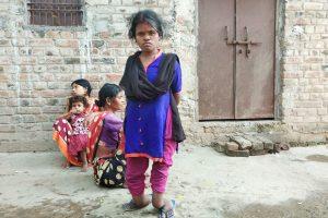 सुनीता देवी के पैर टखने के पास बेतरतीब तरीके से मुड़ गए हैं.