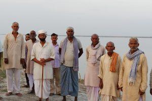 गंडक नदी के किनारे नाव का इंतजार करते धूमनगर गांव के लोग. (सभी फोटो: मनोज सिंह)