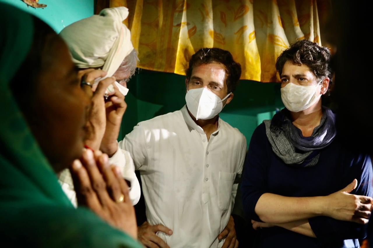 पीड़ित परिवार के घर पर कांग्रेस नेता राहुल गांधी और प्रियंका गांधी. (फोटो साभार: ट्विटर)
