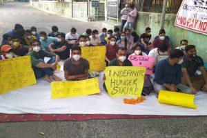 वेतन की मांग को लेकर भूख हड़ताल पर बैठे हिंदू राव अस्पताल के डॉक्टर. (फोटो: ट्विटर/@rao_cell)
