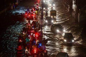 तेलंगाना की राजधानी हैदराबाद में बारिश के बाद जलमग्न सड़क. (फोटो: पीटीआई)