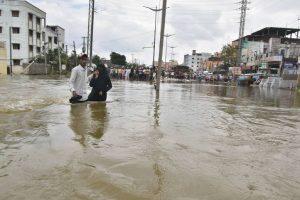 हैदराबाद में बारिश का पानी सड़कों पर. (फोटो: पीटीआई)