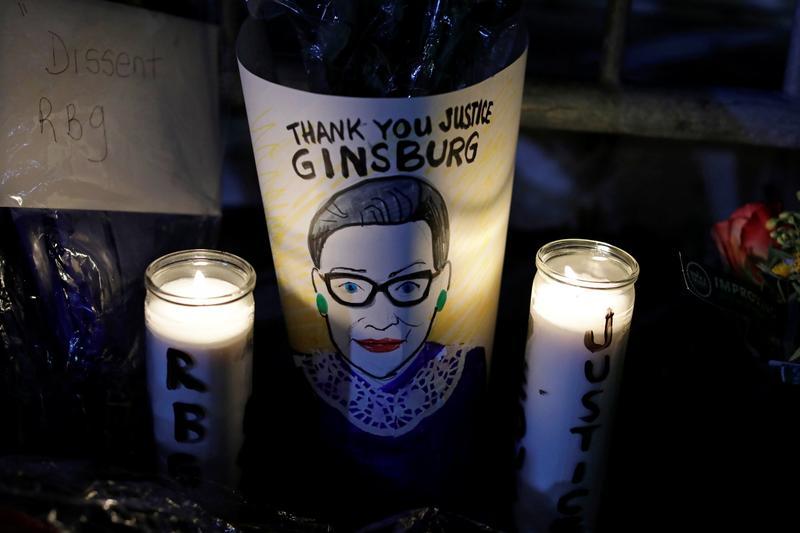 सितंबर में रूथ के निधन के बाद अमेरिकी सुप्रीम कोर्ट के बाहर लोगों ने उन्हें श्रद्धांजलि दी थी. (फोटो: रॉयटर्स)