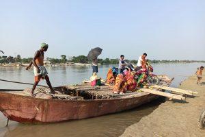 पिपराही गांव में नाव से आते-जाते लोग. (सभी फोटो: मनोज सिंह)