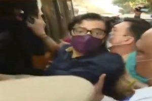 अर्णब गोस्वामी को ले जाते पुलिसकर्मी. (फोटो साभार: रिपब्लिक/वीडियोग्रैब)