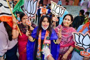 बिहार विधानसभा चुनाव में एनडीए की जीत पर नई दिल्ली में मीडिया से बात करते भाजपा कार्यकर्ता. (फोटो: पीटीआई)