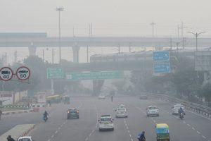 रविवार की सुबह दिल्ली में फैला स्मॉग. (फोटो: पीटीआई)