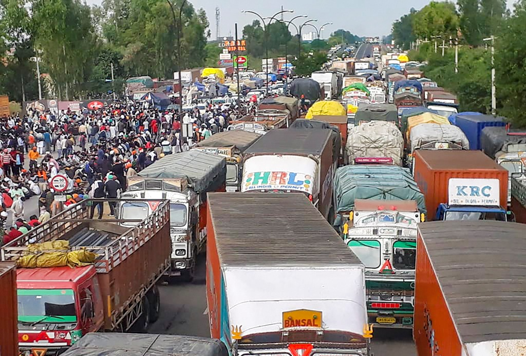 Karnal: Vehicles stuck in a traffic jam as farmers eat their meal while sitting on GT Road during Delhi Chalo protest march against the new farm laws, in Karnal, Thursday, Nov. 26, 2020. (PTI Photo)(PTI26-11-2020 000069B)