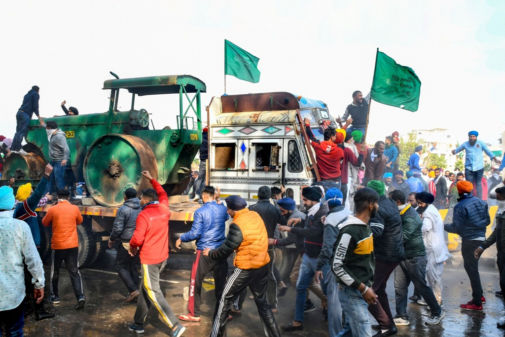Ambala: Members of various farmer organisations remove a barricade as they march towards Delhi during Delhi Chalo protest over the farm reform bills, at Punjab-Haryana border in Ambala district, Thursday, Nov. 26, 2020. (PTI Photo)(PTI26-11-2020 000154B)