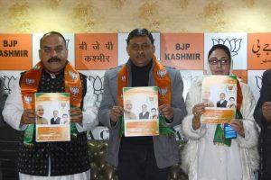 भाजपा के पूर्व एमएलसी विभोद गुप्ता ने शनिवार को घाटी में पार्टी के वरिष्ठ नेता सोफी यूसुफ और दरखशां अब्दराबी की मौजूदगी में घोषणा-पत्र को जारी किया. (फोटो साभार: फेसबुक)