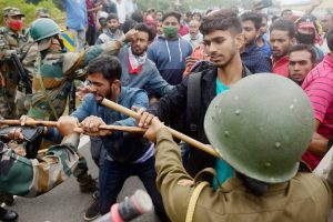 शनिवार को हुए प्रदर्शन के दौरान सुरक्षा बलों और जेएमसी के सदस्यों के बीच हुई झड़प. (फोटो: पीटीआई)