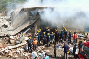 बचाव कार्य करते दमकल कर्मी (फोटो: पीटीआई)