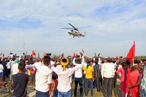 तेजस्वी के हेलिकॉप्टर की तस्वीर लेते युवा. (फोटो: मनोज सिंह)