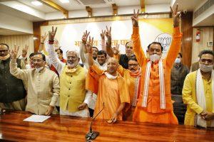 उपचुनाव के नतीजों के बाद मुख्यमंत्री योगी आदित्यनाथ के साथ उपमुख्यमंत्री दिनेश शर्मा, केपी मौर्या और भाजपा प्रदेशाध्यक्ष स्वतंत्र देव सिंह. (फोटो साभार: ट्विटर/@swatantrabjp)