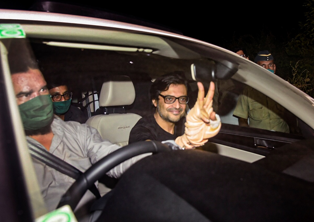 Navi Mumbai: Republic TV Editor-In-Chief Arnab Goswami flashes the victory sign after being released from Taloja Central Jail on interim bail in the 2018 abetment to suicide case, in Navi Mumbai, Wednesday, Nov. 11, 2020. (PTI Photo)(PTI11-11-2020 000184B)