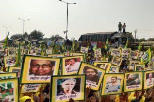 10 दिसंबर को किसान आंदोलन में गिरफ्तार किए गए सामाजिक कार्यकर्ताओं के प्रति समर्थन जाहिर करते प्रदर्शनकारी. (फोटो: अजॉय आशीर्वाद महाप्रशस्त/द वायर)