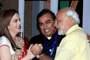 प्रधानमंत्री नरेंद्र मोदी के साथ मुकेश अंबानी और नीता अंबानी. (फाइल फोटो: पीटीआई)