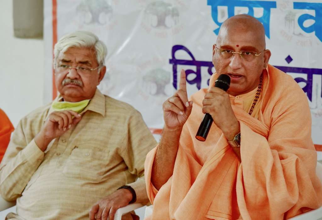 New Delhi: Vishva Hindu Parishad (VHP) Chief Alok Kumar and Swami Avdheshanand Giri address a press conference on decisions taken in Kendriya Margadarshak Mandal meeting of VHP, in New Delhi, Wednesday, Nov. 11, 2020. (PTI Photo/Manvender Vashist)(PTI11-11-2020 000136B)