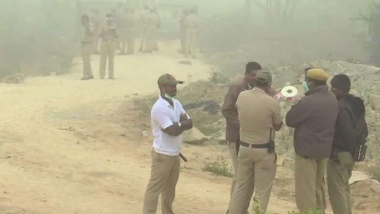 पुलिस अधिकारियों ने घटना स्थल निरीक्षण किया. (फोटो: एएनआई)