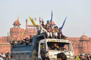 गणतंत्र दिवस पर नए कृषि कानूनों के खिलाफ किसान ट्रैक्टर परेड के दौरान लाल किले पर पहुंचे. (फोटो: पीटीआई)