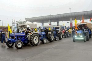 Patiala: Haryana farmers welcome farmers of Punjab moving towards Delhi to take part in their Jan 26 tractor rally, as part of the ongoing agitation against farm reform laws, at Shambu Punjab-Haryana border near Patiala, Sunday, Jan. 24, 2021. (PTI Photo) (PTI01 24 2021 000173B)