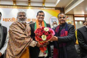 यूपी भाजपा अध्यक्ष स्वतंत्र देव सिंह और उपमुख्यमंत्री दिनेश शर्मा के साथ पूर्व आईएएस अरविंदकुमार शर्मा. (फोटो: पीटीआई)