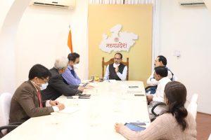 मुख्यमंत्री शिवराज सिंह चौहान ने शराब कांड को लेकर एक समीक्षा बैठक की. (फोटो सभार: ट्विटर/ChouhanShivraj)