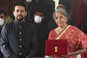 वित्त मंत्री निर्मला सीतारमण और वित्त राज्यमंत्री अनुराग ठाकुर (फोटो: पीटीआई)