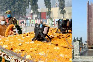 चौरी-चौरा में शताब्दी समारोह के उद्घाटन के अवसर पर शहीद स्थल पर फूल चढ़ाते मुख्यमंत्री आदित्यनाथ. (फोटो साभार: सीएमओ यूपी)