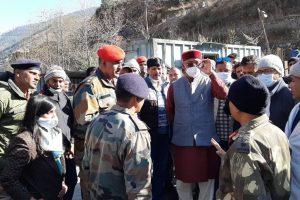 उत्तराखंड के मुख्यमंत्री त्रिवेंद्र सिंह रावत घटना स्थल का दौरा करते हुए. (फोटो: ट्विटर @tsrawatbjp)