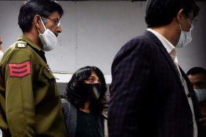 23 फरवरी को सुनवाई के बाद पटियाला हाउस अदालत से निकलतीं दिशा रवि. (फोटो: पीटीआई)