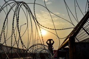 ग़ाज़ीपुर बॉर्डर पर लगे कंटीले तार. (फोटो: पीटीआई)