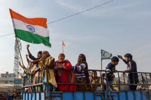 सिंघू बॉर्डर पर जाते आंदोलनकारी किसानों के परिजन. (फोटो: पीटीआई)