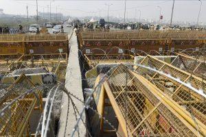 ग़ाज़ीपुर बॉर्डर पर बढ़ाई गई सुरक्षा व्यवस्था. (फोटो: पीटीआई)