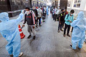 मुंबई के छत्रपति शिवजी टर्मिनस पर यात्रियों का तापमान लेते बीएमसी कर्मचारी. (फोटो: पीटीआई)