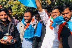 राम मंदिर के लिए चंदा एकत्र करने की मुहिम शुरू करते एनएसयूआई कार्यकर्ता. (फोटो साभार: ट्विटर//@TabeenahAnjum)