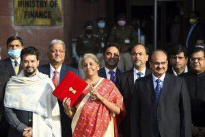 बजट 2021-22 पेश करने जातीं वित्त मंत्री निर्मला सीतारमण. (फोटो: पीटीआई)