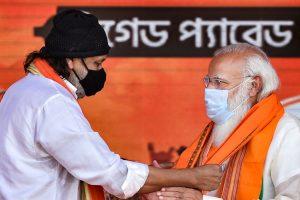 भाजपा में शामिल होने के बाद प्रधानमंत्री नरेंद्र मोदी से मुलाकात करते मिथुन चक्रवर्ती. (फोटो: पीटीआई)