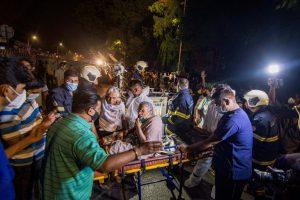 आग लगने के बाद मुंबई के सनराइज अस्पताल के मरीजों को दूसरे अस्पतालों में शिफ्ट किया गया है. (फोटो: पीटीआई)