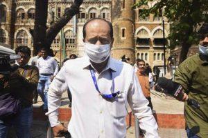 मुंबई पुलिस के अधिकारी सचिन वाजे पुलिस आयुक्त से मुलाकात की. (फोटो: पीटीआई)