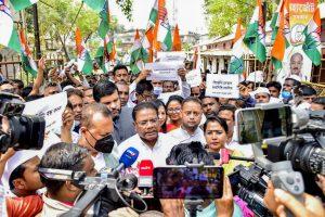 ईवीएम को लेकर भाजपा के खिलाफ असम कांग्रेस कार्यकर्ताओं का गुवाहाटी में प्रदर्शन. (फोटो साभार: ट्विटर)