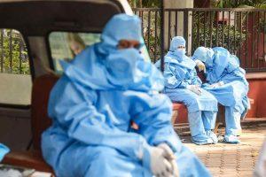 कोरोना संक्रमित व्यक्ति की मौत के बाद दिल्ली के निगमबोध घाट पर अंतिम संस्कार के दौरान शामिल परिजन. (फोटो: पीटीआई)