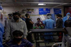 दिल्ली के लोकनायक जयप्रकाश अस्पताल के एक वार्ड में इलाज कराते कोरोना वायरस से संक्रमित लोग. (फोटो: रॉयटर्स)