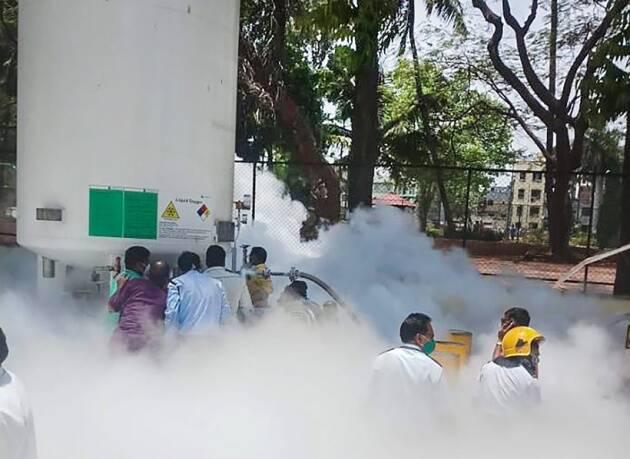 नासिक अस्पताल में स्टोरेज यूनिट से लीक होती गैस. (फोटो: पीटीआई)