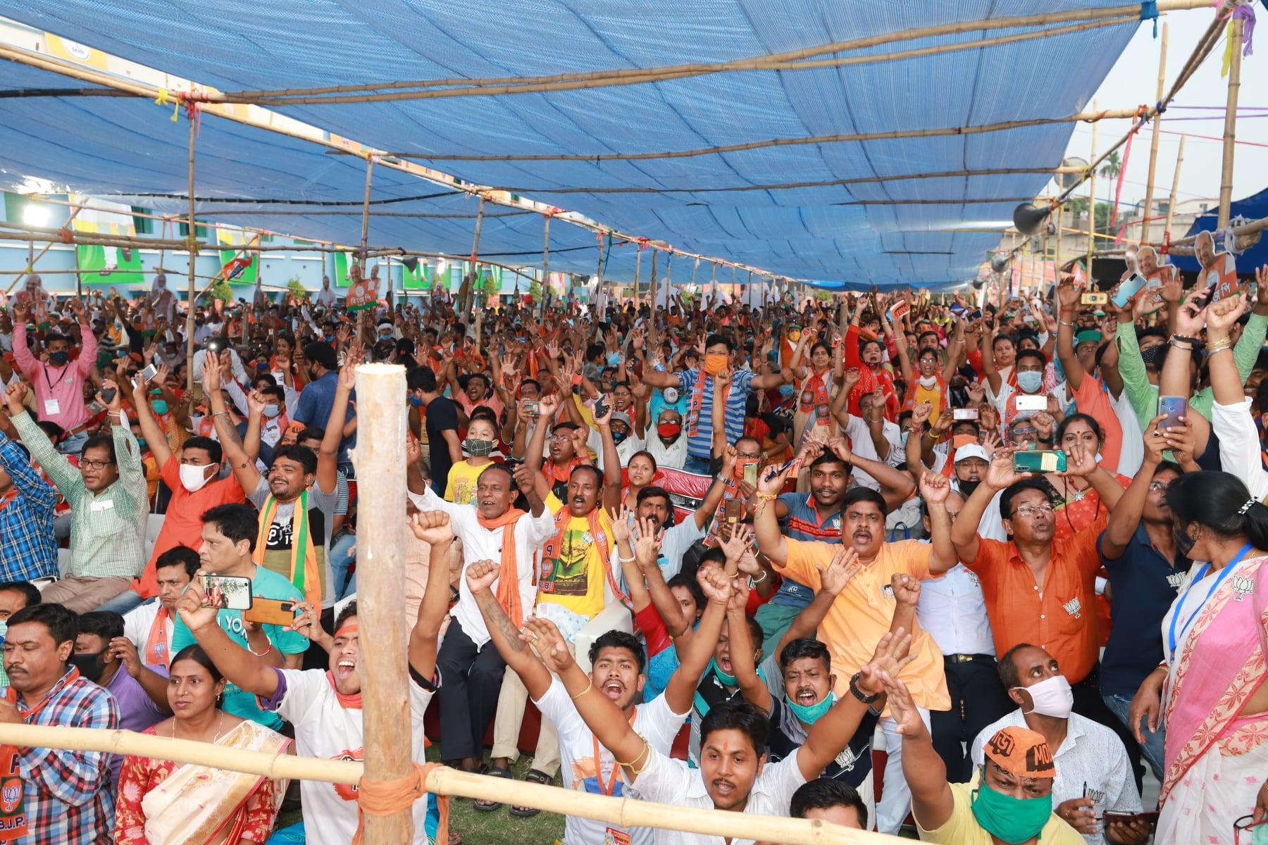 कोविड 19 की दूसरी लहर के बीच बीते दिनों पश्चिम बंगाल की एक चुनावी रैली में जुटी भीड़. (प्रतीकात्मक फोटो: फेसबुक)