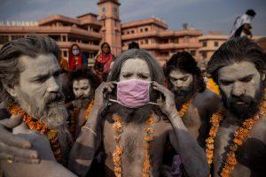 उत्तराखंड के हरिद्वार में चल रहे कुंभ मेले के दौरान नगा साधु. (फोटो: रॉयटर्स)