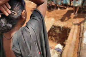 बदरू के शव को देखकर विलाप करती हुई उनकी पत्नी. (सभी फोटो: सुकन्या शांता)