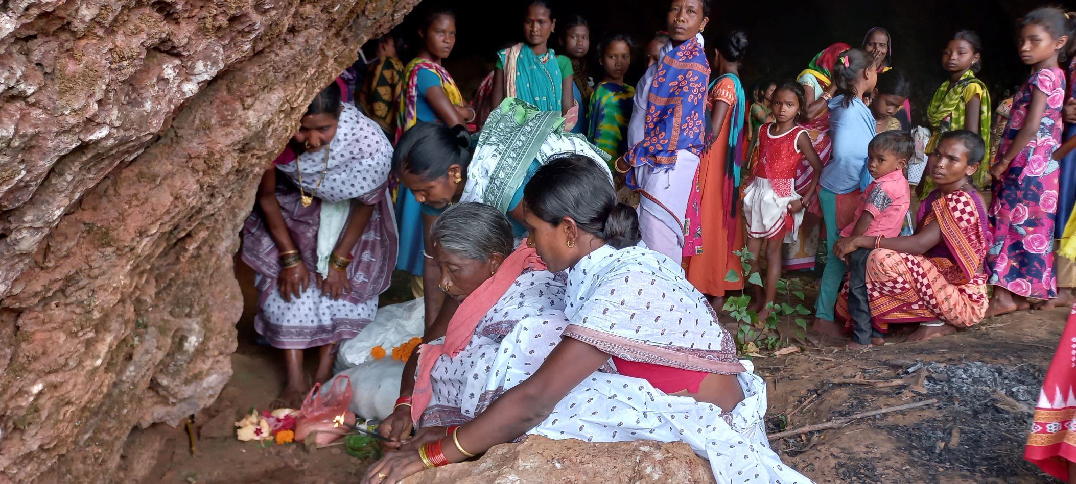 माली पहाड़ पर पाकुली देवी की पूजा करती आदिवासी स्त्रियां.